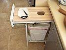Soluções criativas para ganhar design e espaço em seus móveis - Gaveta com mesa e porta lixo