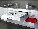 Soluções criativas para ganhar design e espaço em seus móveis - Gaveta com mesa e cadeiras